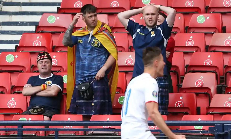 Phản ứng của CĐV Scotland trên khán đài sân Hampden Park sau khi chứng kiến bàn nâng tỷ số lên 2-0 của Schick. Ảnh: AFP.