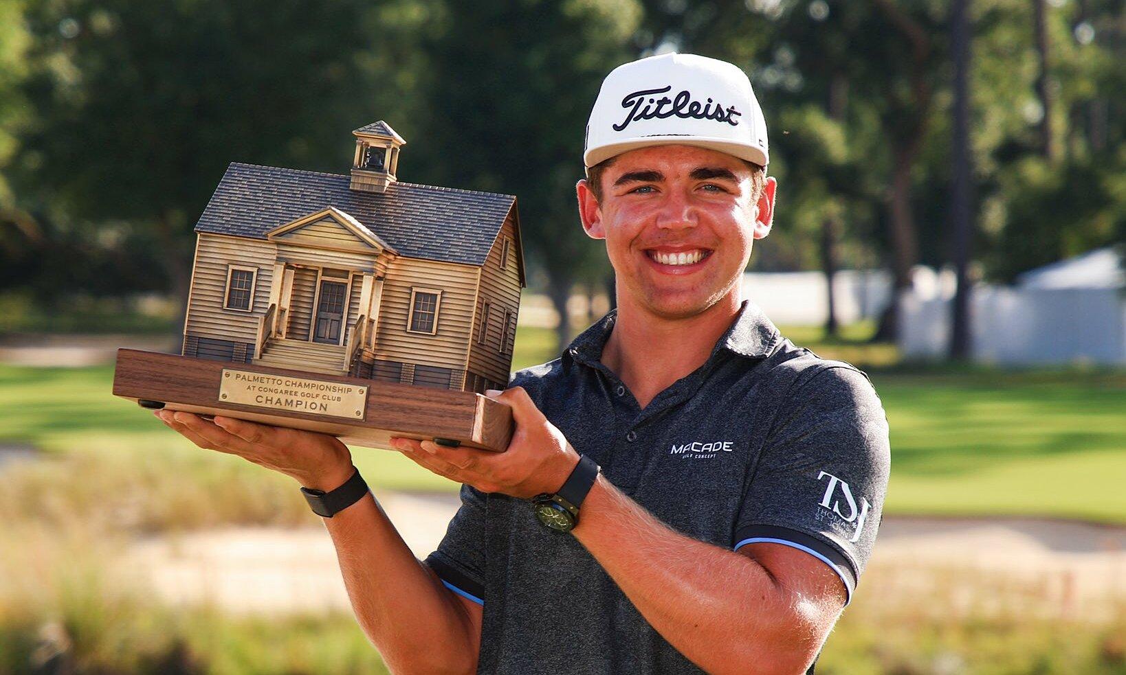 Higgo nâng cúp cho nhà vô địch Palmetto Championship, đánh dấu lần đầu tiên đăng quang trên PGA Tour. Ảnh: PGA Tour