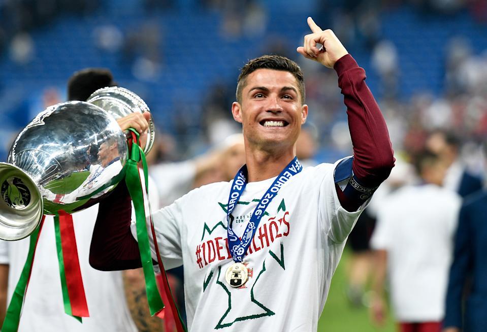 Ronaldo xem bảo vệ ngôi vô địch Euro là sứ mệnh cao cả của bản thân và các đồng đội. Ảnh: AP