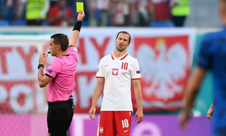 Chiếc thẻ vàng thứ hai đầy tai hại của Krychowiak khiến Ba Lan trắng tay. Ảnh: AFP.