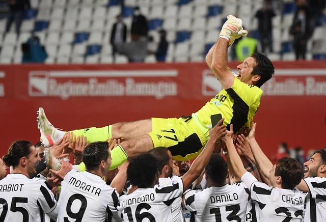 Buffon ได้รับการยกย่องจากผู้เล่น Juventus หลังจากชนะการแข่งขัน Italian Cup 2020-2021  ภาพ: สำนักข่าวรอยเตอร์
