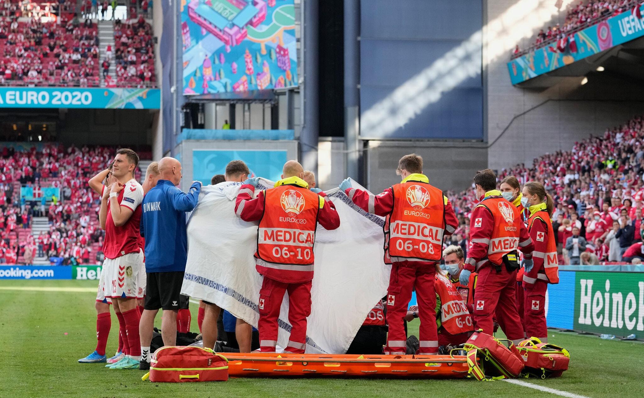 Pemain Denmark dan staf medis bersembunyi untuk menjaga privasi Eriksen saat dia diberikan pertolongan pertama di Parken pada 12 Juni.