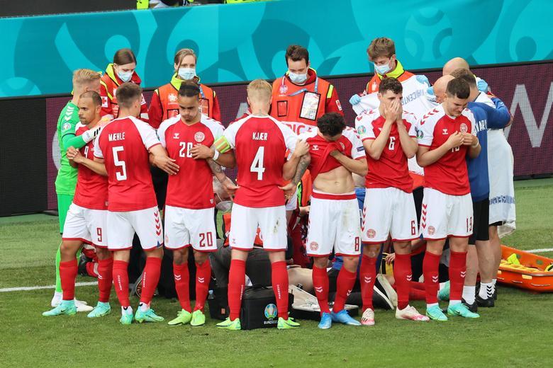 Nhiều cầu thủ Đan Mạch mất tinh thần sau sự cố. Ảnh: Reuters.