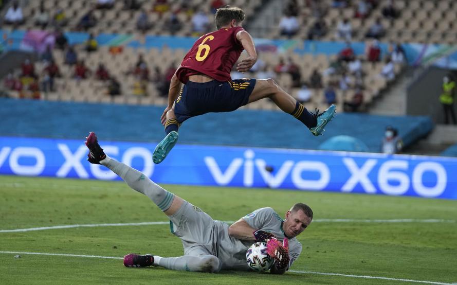 Thủ môn Olsen thi đấu vững vàng trước các chân sút Tây Ban Nha.