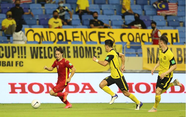 Một pha rượt đuổi của các cầu thủ Malaysia theo sau Văn Toàn. Ảnh: Lâm Thoả.