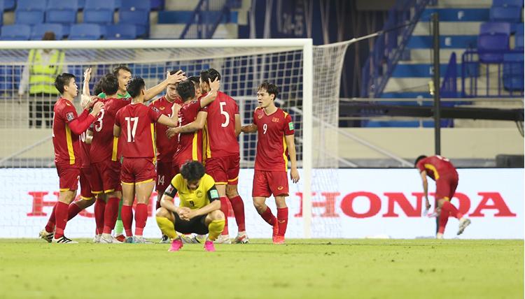 Các cầu thủ ăn mừng sau chiến thắng Malaysia trên sân Al Maktoum tối 11/6. Ảnh: Lâm Thoả.