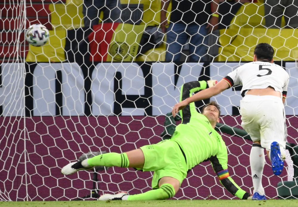 Hummels phản lưới khiến Neuer bó tay chịu thua. Ảnh: AP.