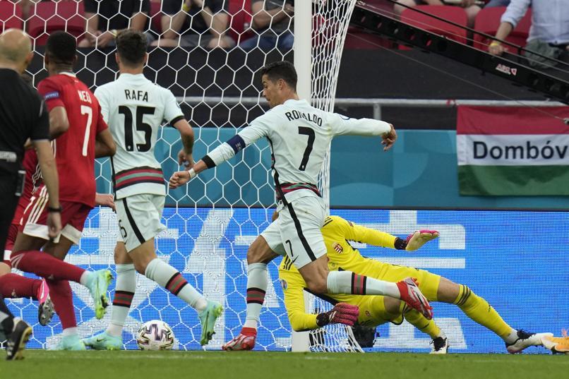Ronaldo đi bóng qua thủ môn Gulacsi để ấn định thắng lợi 3-0 cho Bồ Đào Nha ở phút bù giờ. Ảnh: AP