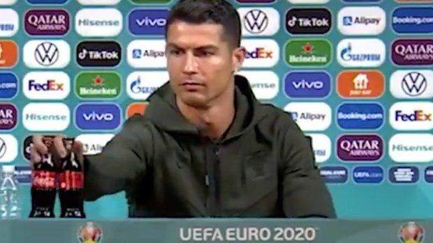 Ronaldo bỏ hai chai Coca-Cola khỏi bàn đang ngồi. Ảnh: Sun.