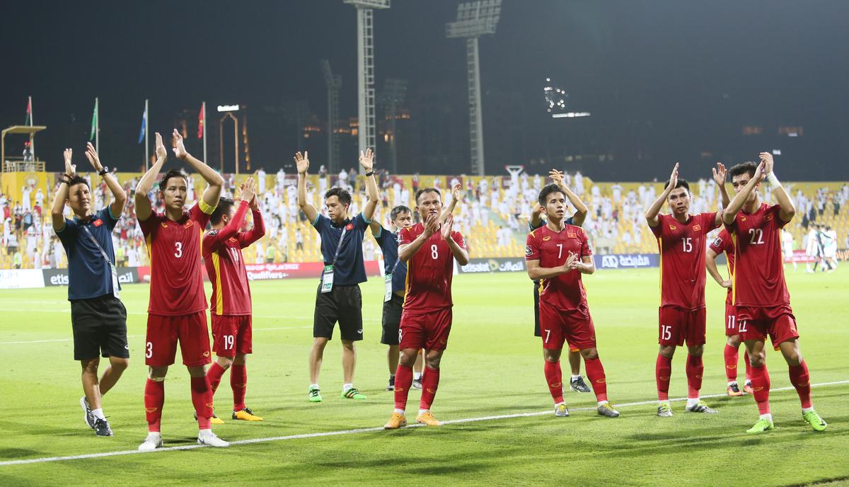 Các đầu thủ và ban huấn luyện cảm ơn khán giả tại Dubai sau trận đấu. Ảnh: Lâm Thoả.