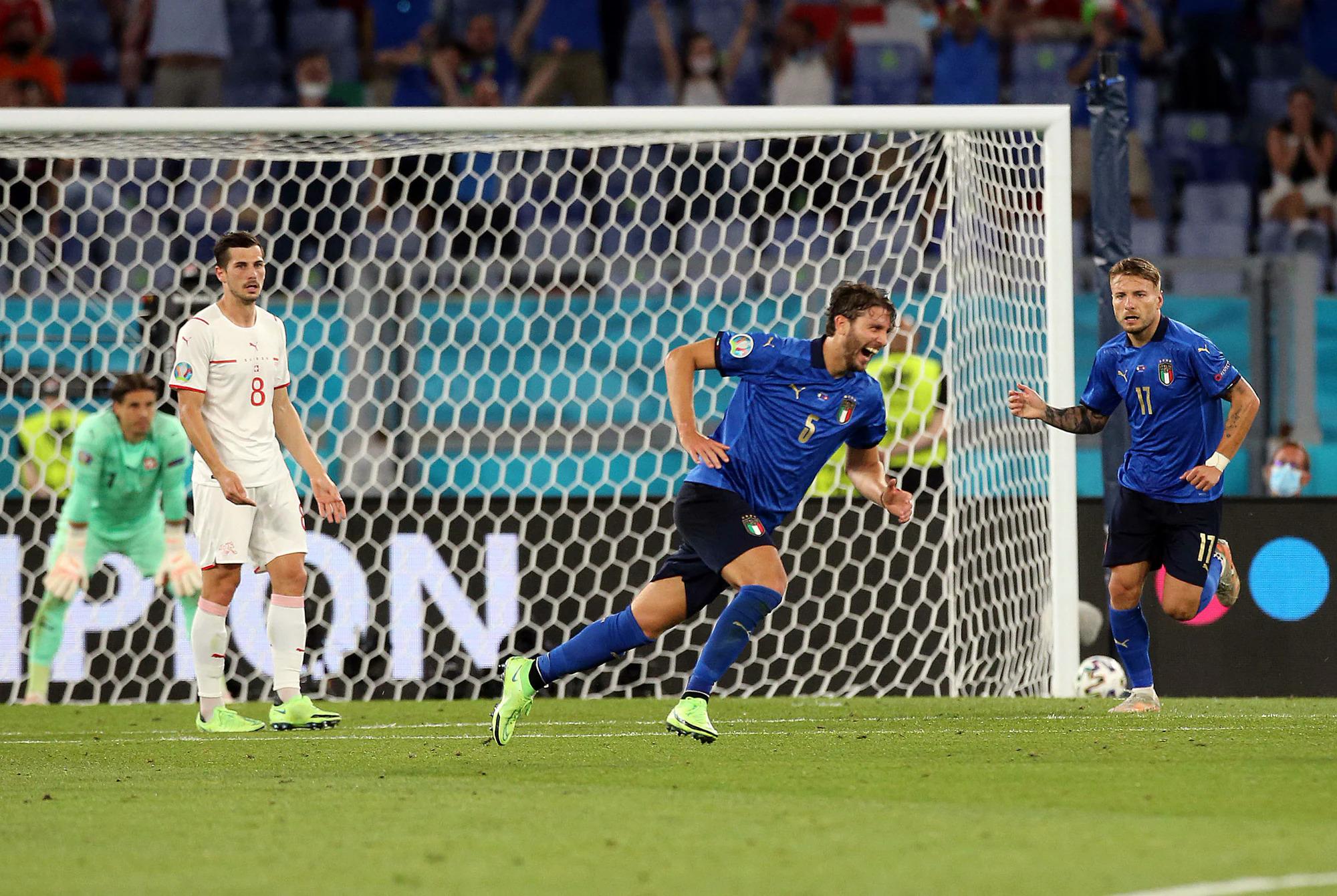 Manuel Locatelli merayakan pembukaan skor pada menit 26. Foto: Corriere dello Sport