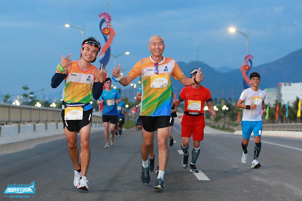 Hai runner trên đường chạy VM Quy Nhơn 2020. Ảnh: VnExpress Marathon.