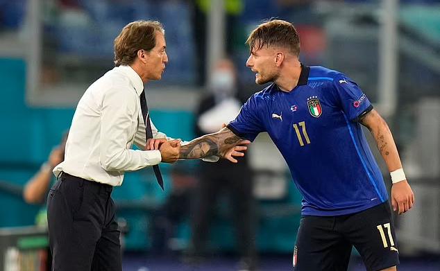 Mancini (trái) đang bất bại 29 trận với tuyển Italy. Ảnh: Reuters.