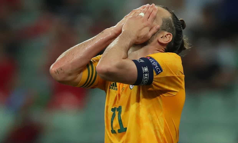 Bale ôm mặt tiếc sau cú đá phạt đền lên trời. Ảnh: Reuters