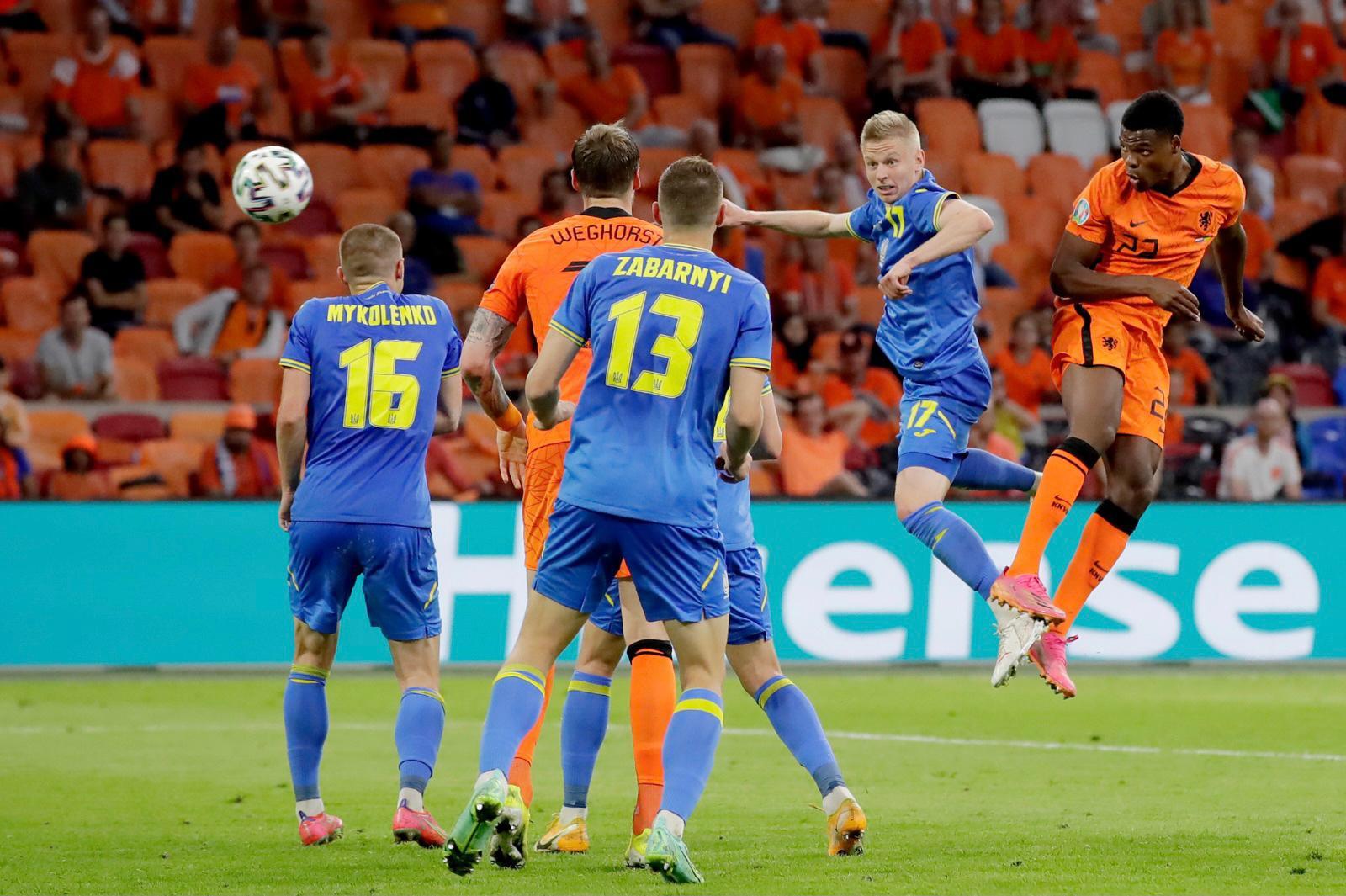 Dumfries trong tình huống đánh đầu ghi bàn ấn định thắng lợi 3-2 cho Hà Lan trước Ukraine ngày ra quân Euro 2021. Ảnh: KNVB