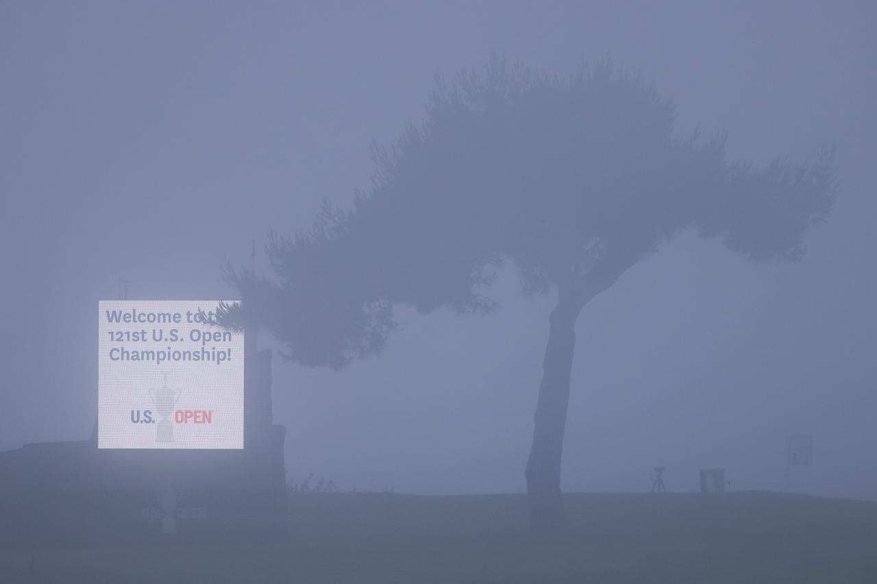 Sương mù phủ kín, khiến US Open không thể khởi tranh đúng giờ. Ảnh: Golf Digest