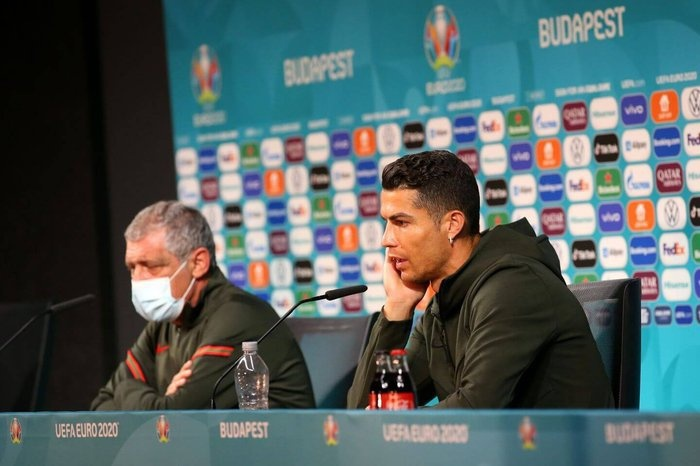 Ronaldo menyingkirkan dua botol minuman ringan dari pandangan.  Foto: Reuters.