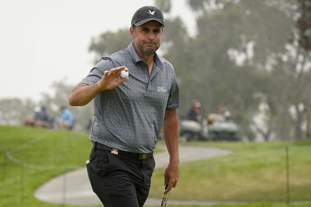 Bland lập kỷ lục golfer lớn tuổi nhất dẫn đầu sau 36 hố của US Open. Ảnh: AP