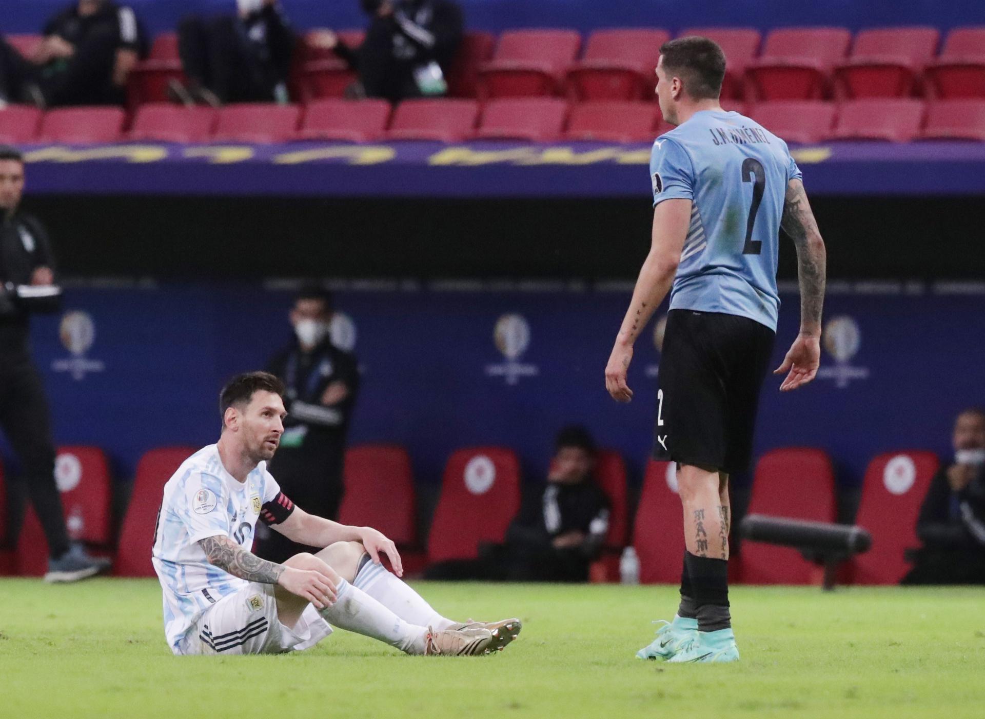 """ผู้เล่นชาวอุรุกวัยมักฟาวล์เมสซี่ตลอดการแข่งขัน  ภาพถ่าย: """"CONMEBOL ."""""""