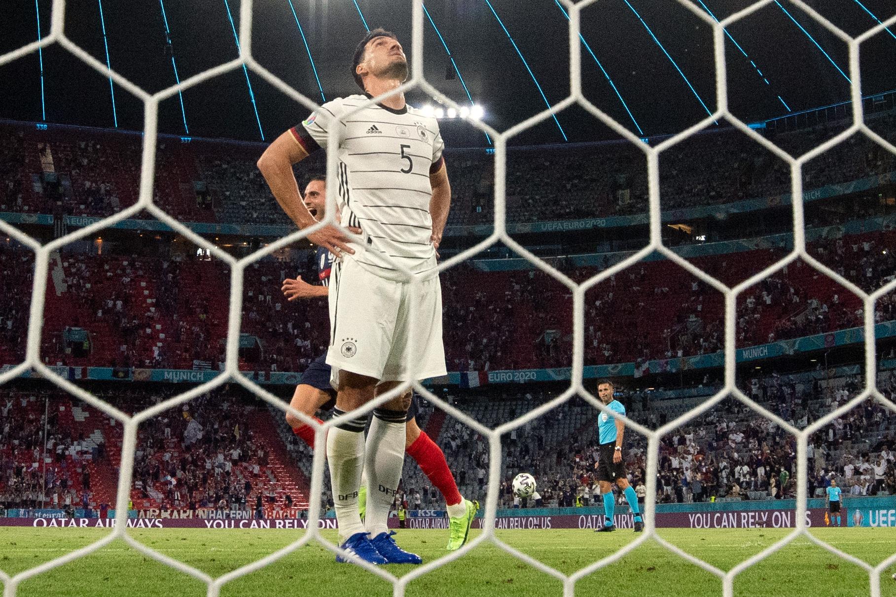 Hummels thất vọng sau khi phản lưới nhà hôm 15/6. Ảnh: DFB