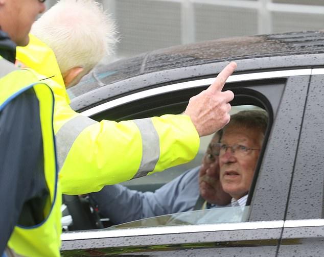 An ninh sân Wembley chặn Sir Alex Ferguson