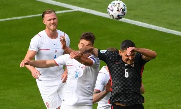 Pha đánh cùi chỏ của Lovren với Schick khiến Croatia bị thổi phạt đền. Ảnh: Reuters.
