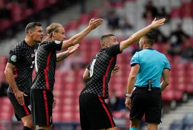 Cầu thủ Croatia phản đối quyết định thổi phạt đền của trọng tài. Ảnh: Reuters.