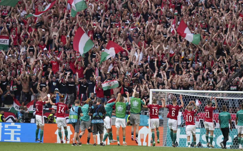 Cầu thủ Hungary mừng trận hoà Pháp với khán giả sân Puskas. Ảnh: AP