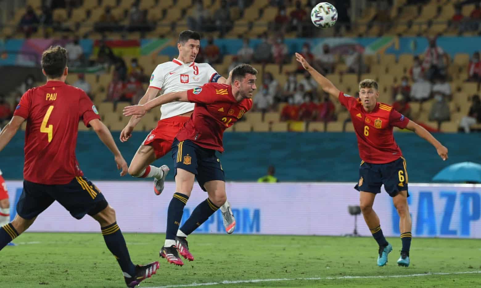 Lewandowski di sundulan teladan, menyamakan kedudukan 1-1 untuk Polandia.  Foto: Reuters