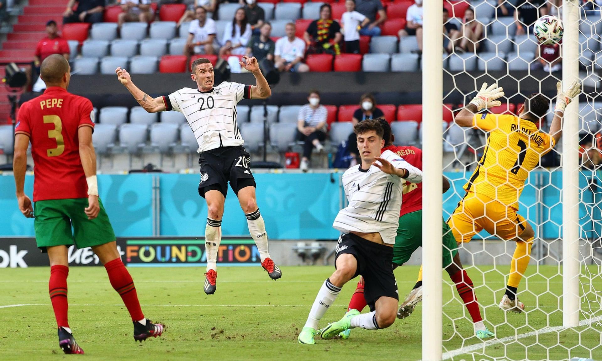 Gosens (số 20) đánh đầu nâng tỷ số lên 4-1 trong trận Đức thắng Bồ Đào Nha 4-2 hôm 19/6. Ảnh: Reuters