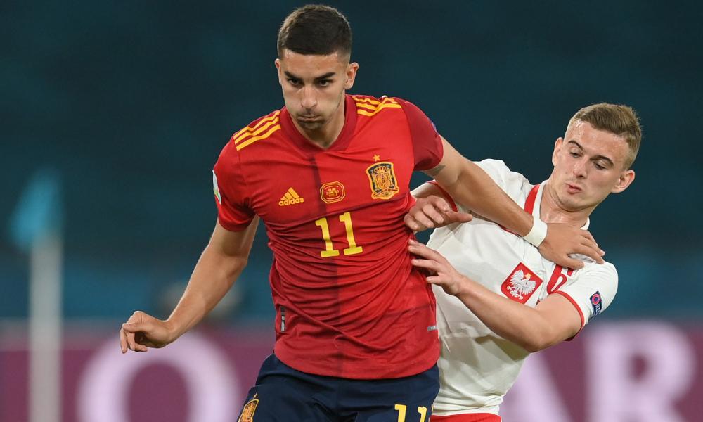 Kozlowski (เสื้อขาว) กับโปแลนด์ทำให้สเปน 1-1  ภาพ: สำนักข่าวรอยเตอร์