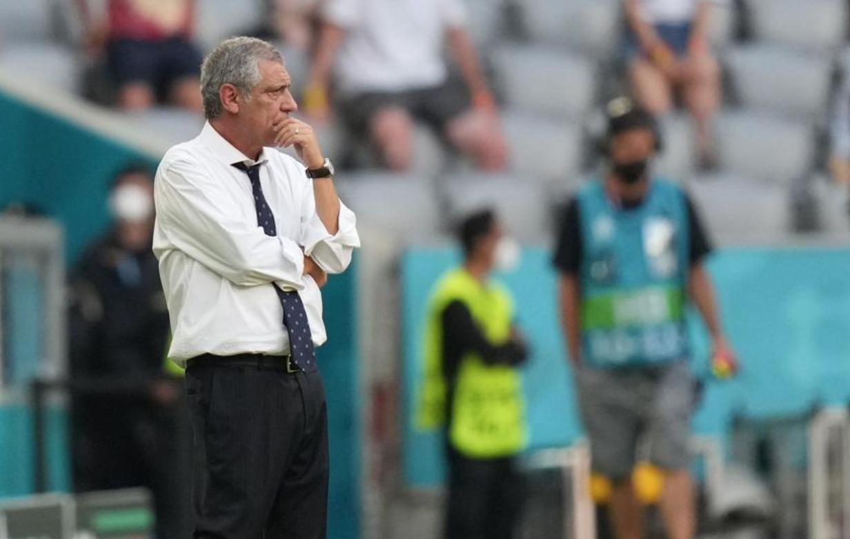 Santos merenung ketika dia melihat murid-muridnya berjuang keras di beberapa menit terakhir dari kekalahan 2-4 mereka dari Jerman pada 19 Juni.  Foto: Reuters