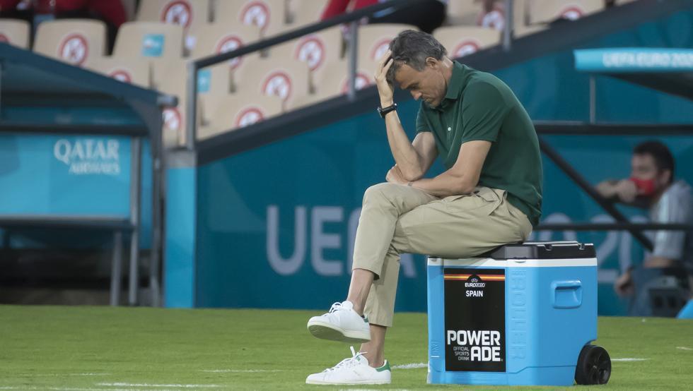 Enrique ôm đầu thất vọng sau một pha hỏng ăn của học trò trong trận hoà Ba Lan 1-1 ở Sevilla hôm 19/6. Ảnh: Mundo Deportivo