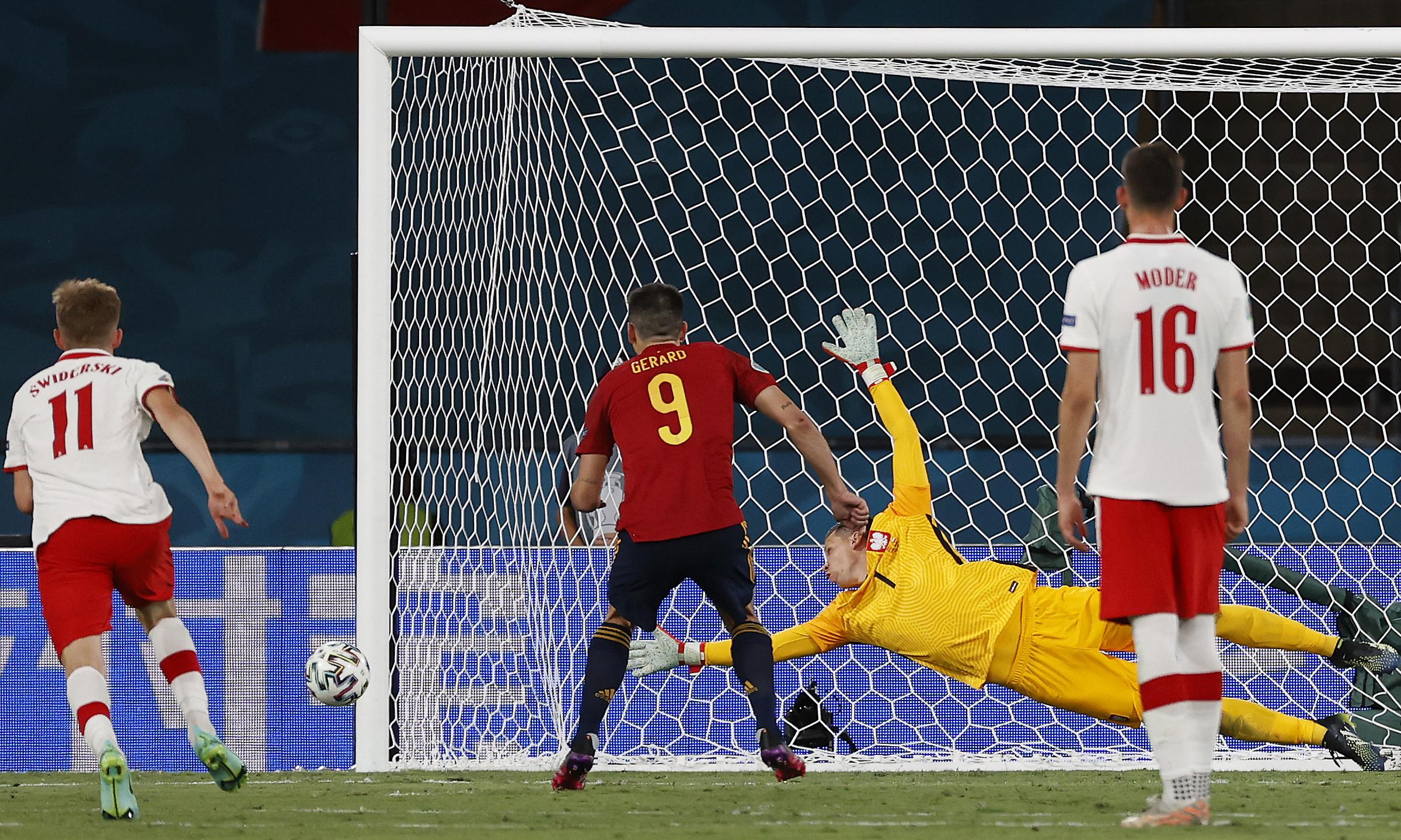 Gerard Moreno sút phạt đền trúng cột dọc. Ảnh: UEFA