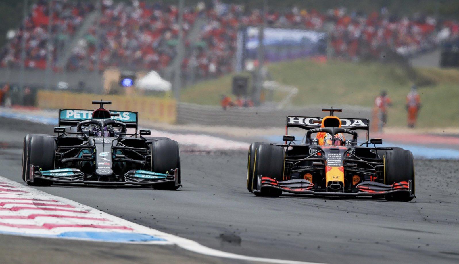Verstappen (kanan) membandingkan dan kemudian mengungguli Hamilton di paruh pertama lap terakhir.  Foto: Formula 1