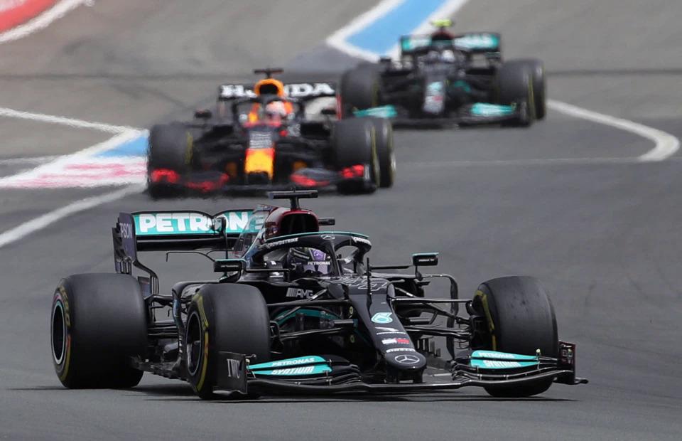 Hamilton sangat dekat dengan kemenangan, tetapi kesalahan dalam taktik ban Mercedes memaksanya untuk menerima tempat kedua.  Foto: Reuters