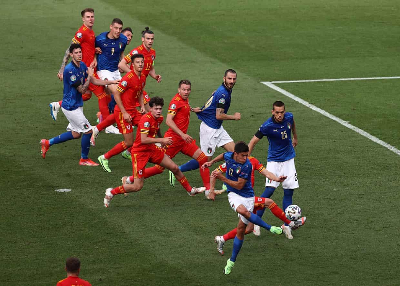 """การเตะที่ชาญฉลาดของ Pessina ทำให้อิตาลีเปิดขึ้น  ภาพถ่าย: """"AP ."""""""
