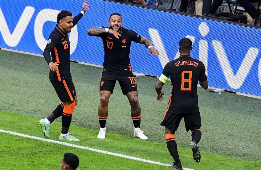 Mallen và Wijnaldum mừng bàn mở tỷ số của Depay ở giữa hiệp một trận cầu trên sân Johan Cruyff. Ảnh: AP