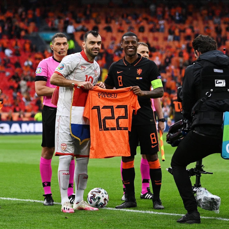 Đội trưởng Hà Lan Wijnaldum tặng chiếc áo in tên Pandev và số 122 - số trận đấu của đồng nghiệp - trong lễ tri ân trước trận đấu. Ảnh: KNVB