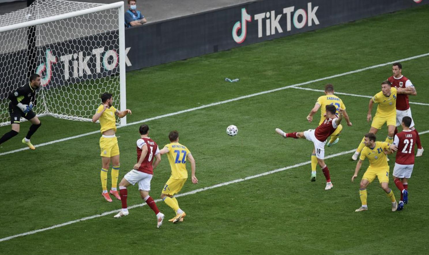 Cú đạp bóng bằng gầm giày của Baumgartner đưa Áo lần đầu vượt qua vòng bảng Euro. Ảnh: UEFA