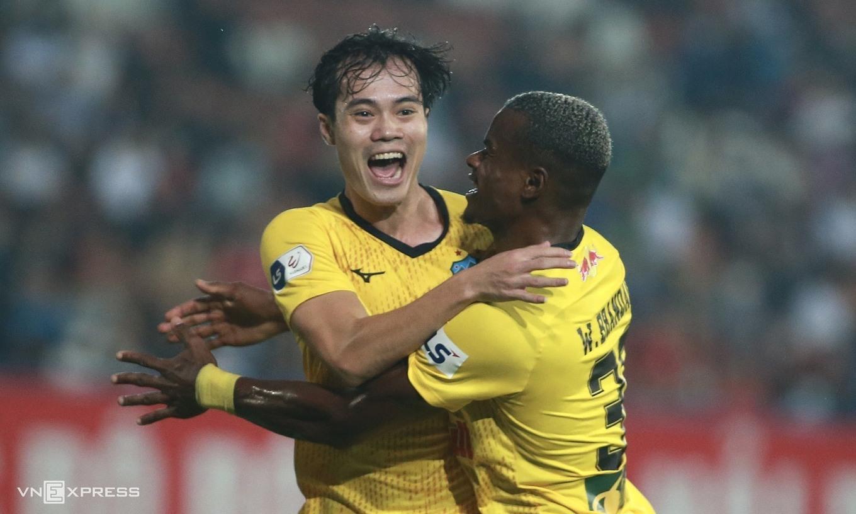 HAGL memimpin V-League dengan sembilan kemenangan, dua hasil imbang dan satu kekalahan.  Foto: Lam Thoa