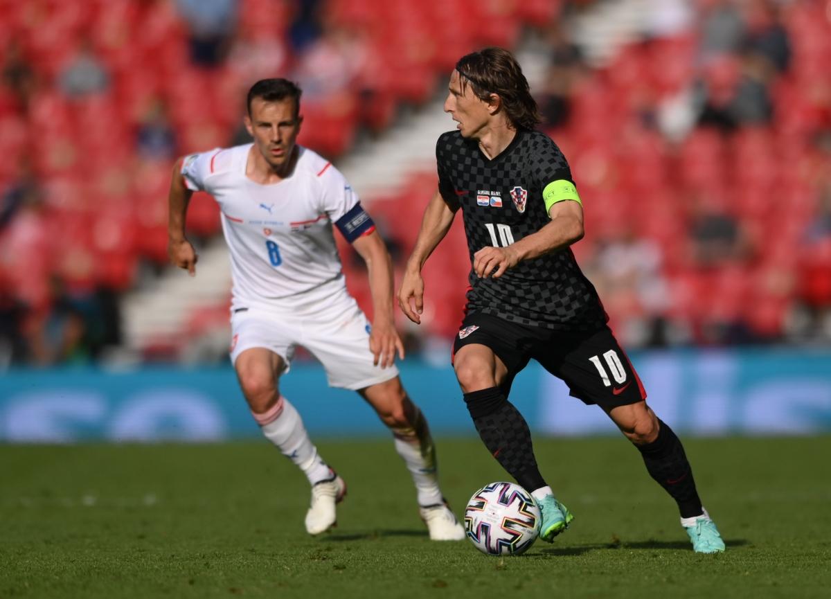 Luka Modric (phải) và đồng đội buộc phải thắng Scotland nếu không sẽ bị loại. Ảnh: Reuters