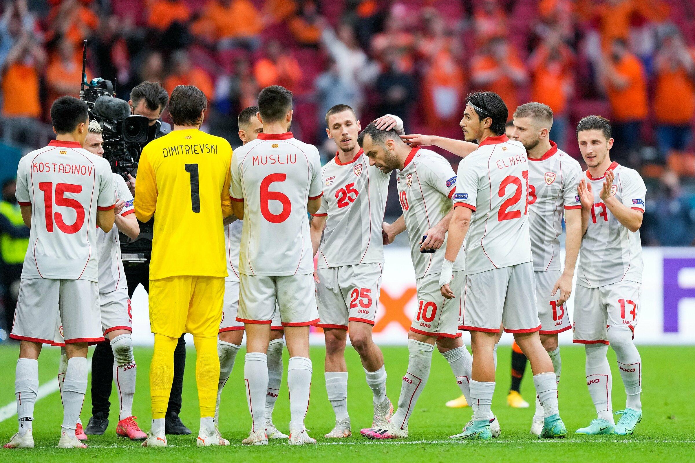 Đồng đội vỗ tay tri ân Pandev trong trận chia tay đội tuyển. Ảnh: AP