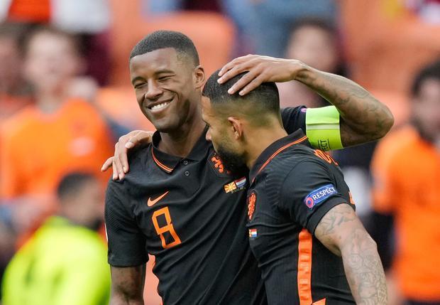 Wijnaldum (trái) đã có ba bàn tại Euro dù chơi trong vai trò tiền vệ. Ảnh: Reuters.