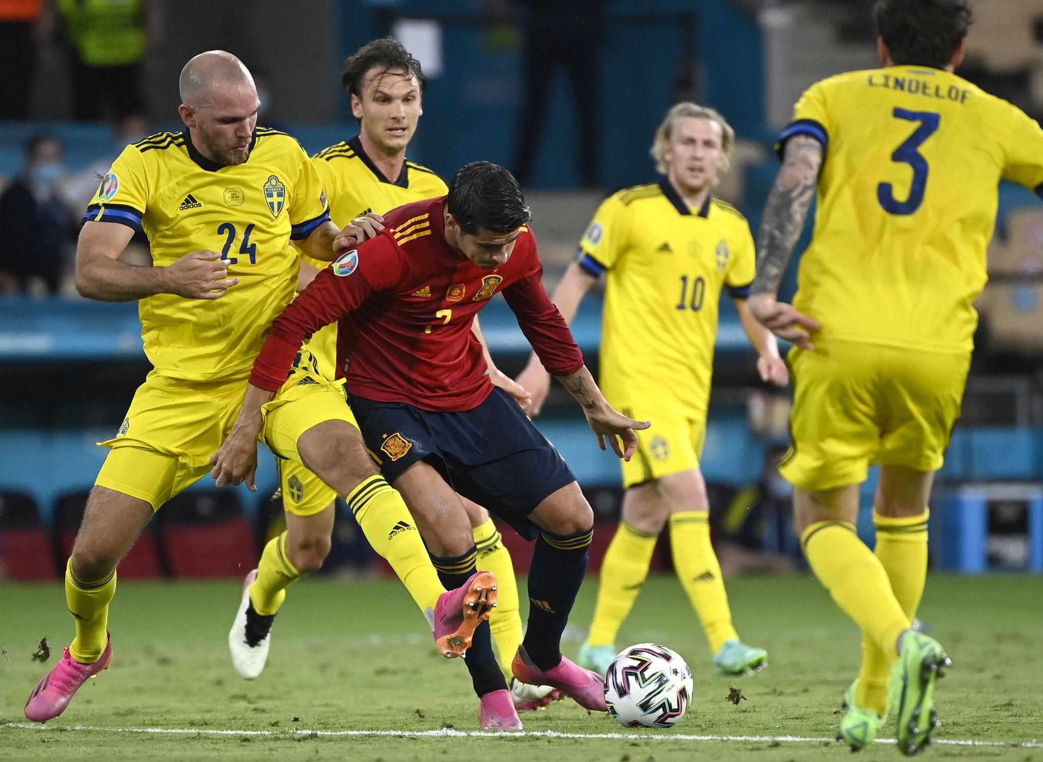Spanyol (baju merah) berada di bawah tekanan besar setelah dua pertandingan pertama benar-benar seri.  Foto: EFE