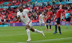 Sterling giúp Anh đi tiếp với ngôi đầu bảng