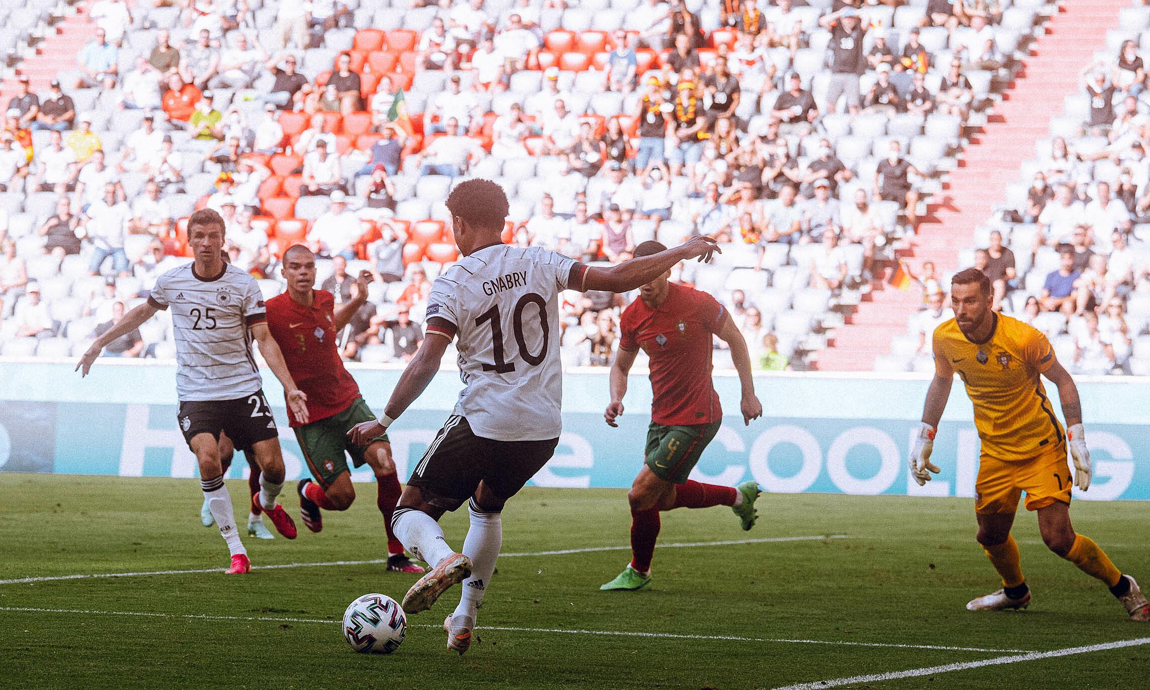 Đức tấn công rất hiệu quả trong hệ thống 3-4-3 với Gnarby và Havertz luân phiên đá ở vị trí số 9 ảo. Ảnh: DFB