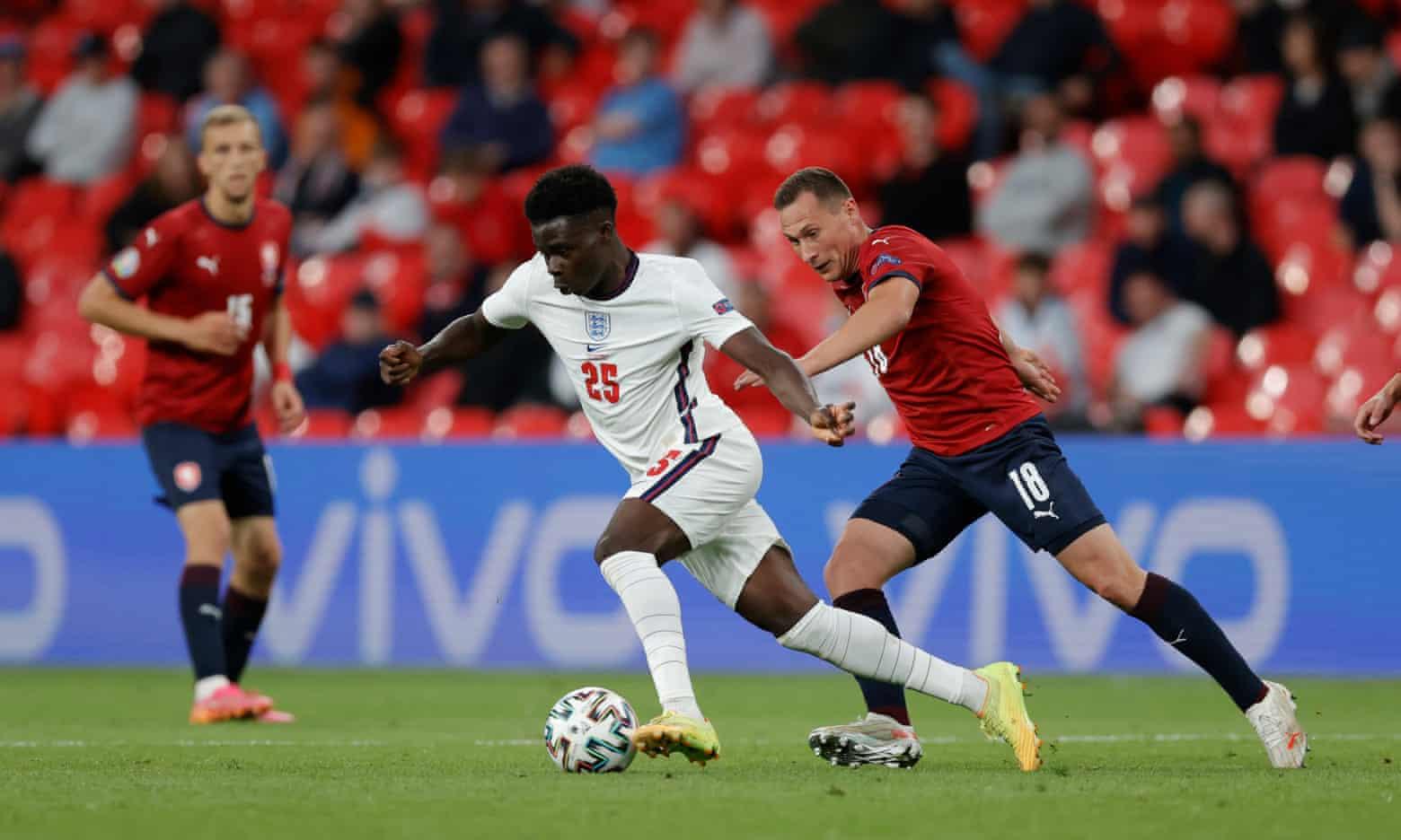 Saka mang lại sức sống mới cho hàng công tuyển Anh trong trận tiếp CH Czech hôm 22/6. Ảnh: Guardian