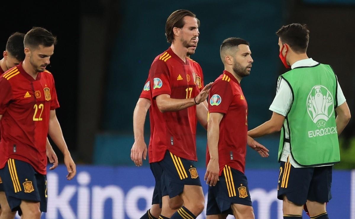 Các cầu thủ Tây Ban Nha thất vọng rời sân sau khi tan trận hoà Ba Lan 1-1 hôm 19/6. Ảnh: EFE