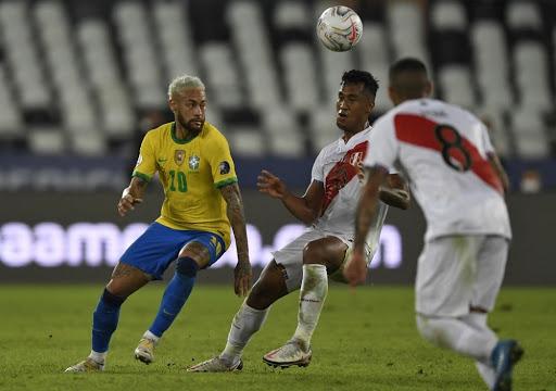 Neymar trong pha tranh chấp với cầu thủ Peru ở trận Brazil thắng 4-0 hôm 18/6. Ảnh: AFP